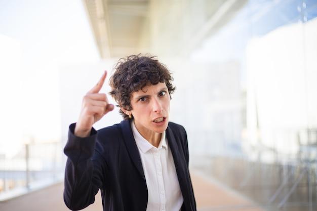 Verärgerte geschäftsfrau, die mit dem finger zeigt Kostenlose Fotos