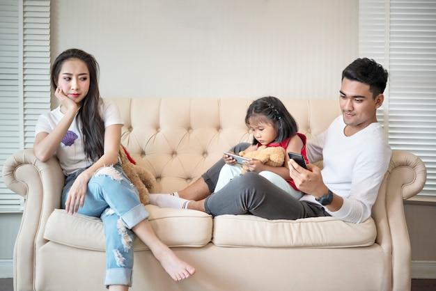 Verärgerte mutter gebar ihr kind und seinen vater Premium Fotos