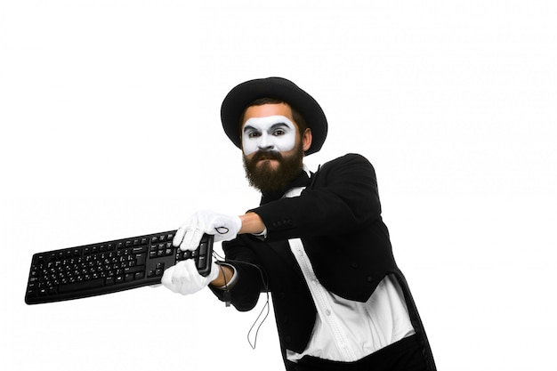 Verärgerte pantomime als geschäftsmann zerstört tastatur Kostenlose Fotos