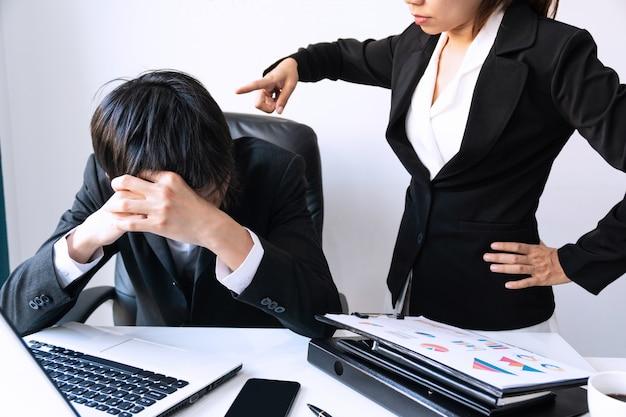 Verärgerter chef, der frustrierte verärgerte männliche untergeordnete, unzufriedene arbeitgeber entlässt. Premium Fotos