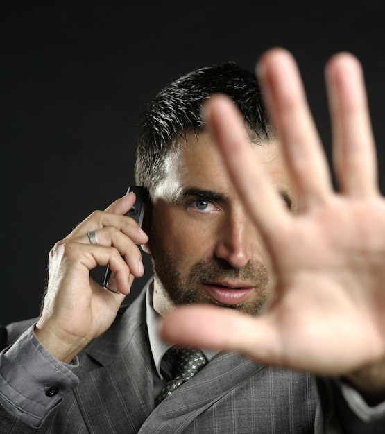 Verärgerter geschäftsmann, der halt, hand sagt Premium Fotos