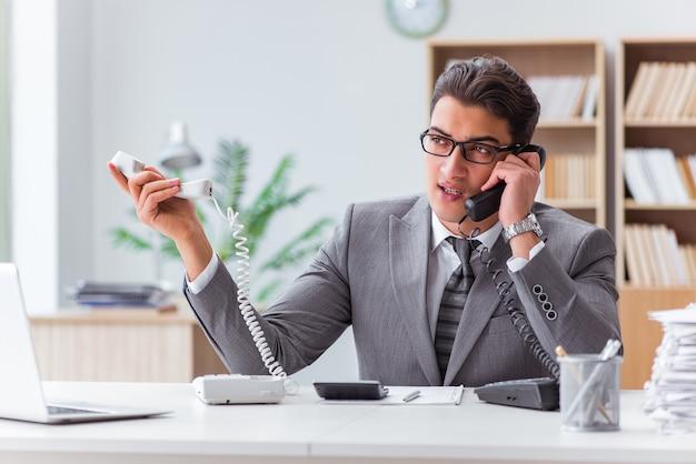 Verärgerter informationsstellenbetreiber im büro Premium Fotos