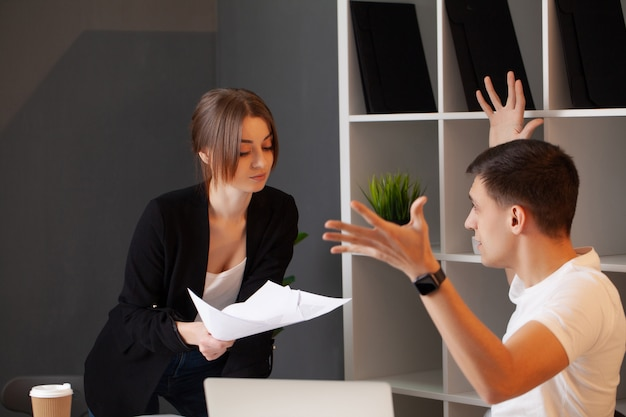 Verärgerter kunde hat einen konflikt mit dem manager des unternehmens Premium Fotos