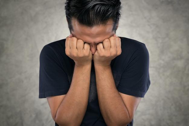 Verärgerter mann, asiatische männer mit den händen schlossen wegen wut die augen. Premium Fotos