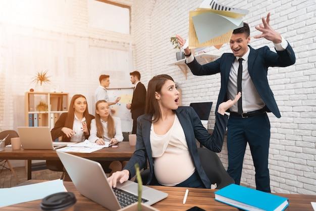 Verärgerter zorniger chef, der schwangeren angestellten anschreit Premium Fotos