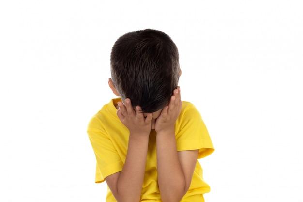 Verärgertes kind mit gelbem t-shirt Premium Fotos
