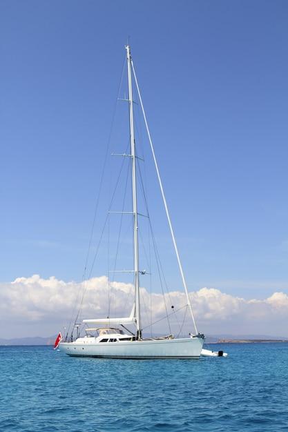Verankertes segelboot formentera türkis illetes Premium Fotos