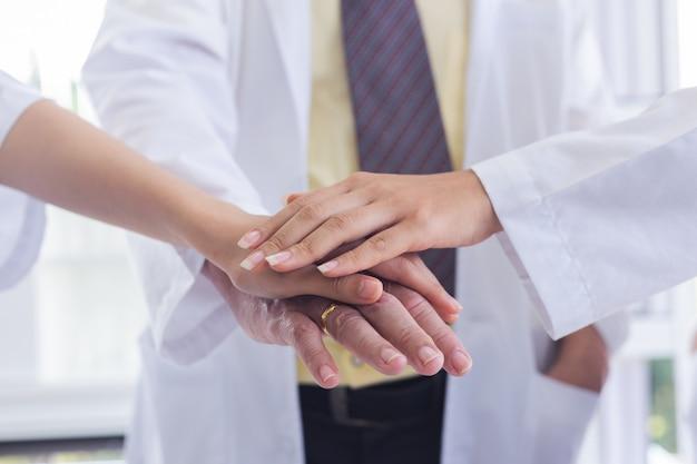 Verbindenhände der doktorleute zusammen und teamwork-konzept. Premium Fotos