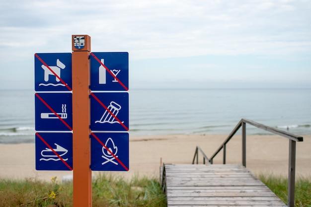 Verbotsschilder am strand gegen meer in der nähe von treppen Premium Fotos