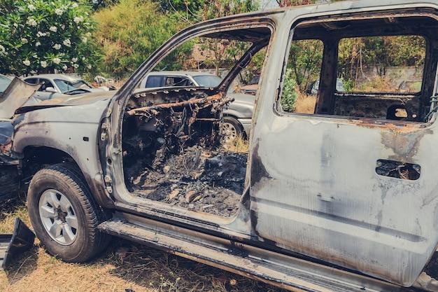Verbranntes auto durch unfall im fahrzeugschrott Premium Fotos