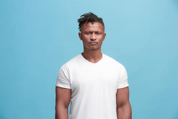 Verdacht. zweifel, misstrauen, misstrauen konzept. zweifelhafter afro-mann, der mit ungläubigem ausdruck schaut Kostenlose Fotos