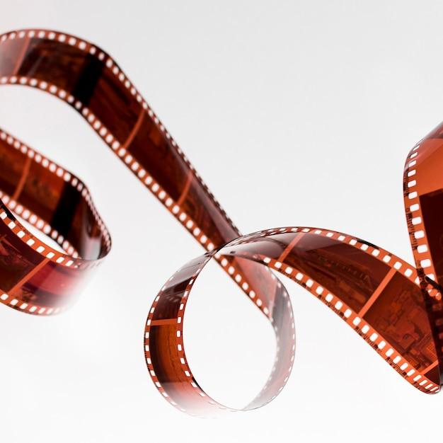 Verdrehter unentwickelter filmstreifen lokalisiert auf weißem hintergrund Kostenlose Fotos
