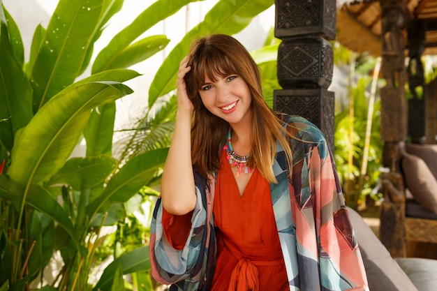Verführerische stilvolle frau in böhmischer sommerkleidung, die im tropischen luxusresort aufwirft. urlaubskonzept. Kostenlose Fotos