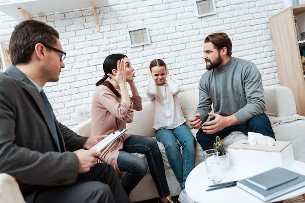 Verheiratetes paar, das an der psychologischen therapie argumentiert Premium Fotos