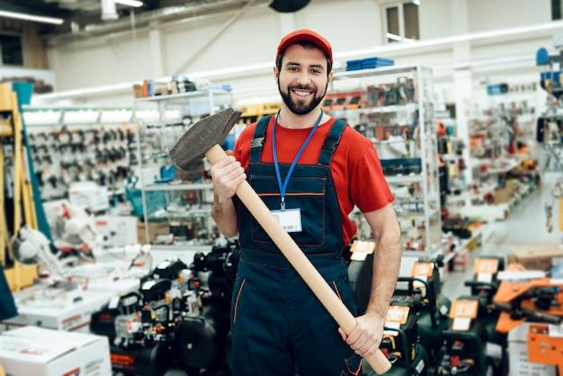 Verkäufer hält neuen riesigen hammer Premium Fotos