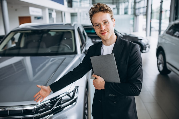 Verkäufer in einem autosalon Kostenlose Fotos