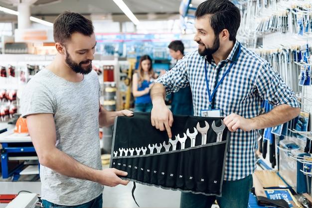 Verkäufer zeigt dem kunden satz schlüssel Premium Fotos