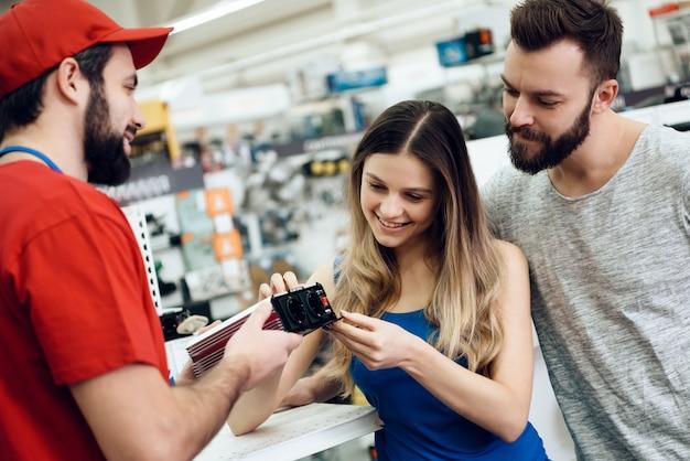 Verkäufer zeigt den kunden elektrowerkzeug Premium Fotos