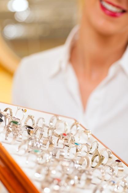 Verkäuferin beim juwelier Premium Fotos