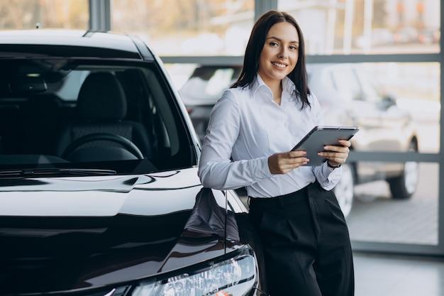 Verkäuferin im autohaus, die autos verkauft Kostenlose Fotos