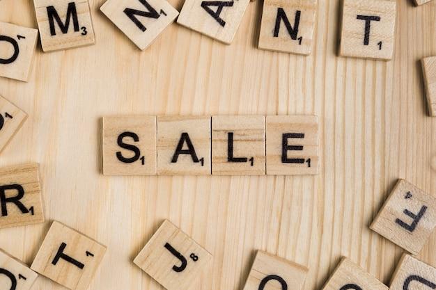 Verkaufswort auf hölzernen fliesen Kostenlose Fotos