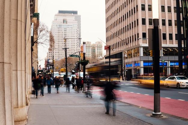 Verkehrsreiche stadtstraße mit unscharfen leuten Kostenlose Fotos