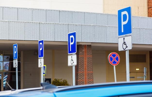 Verkehrsschild parken für behinderte Premium Fotos