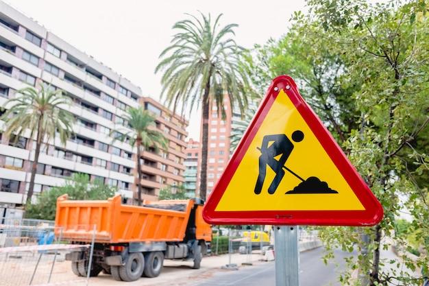 Verkehrsschildwarnung von arbeiten in einer stadt. Premium Fotos