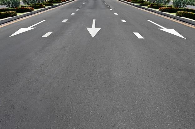 Verkehrssymbol auf landstraße Premium Fotos