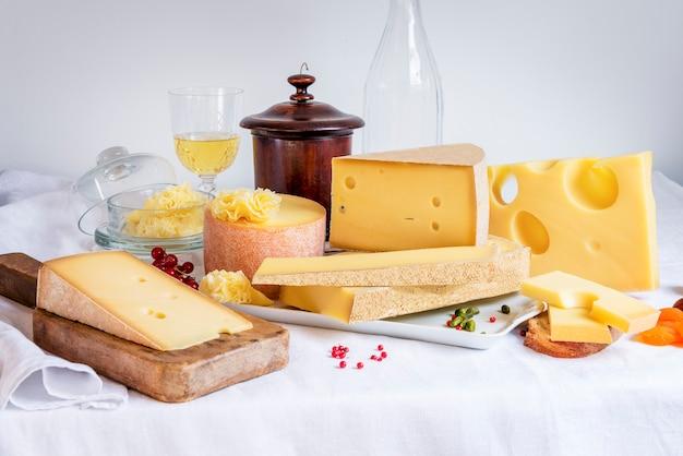 Verkostete käse und essen Premium Fotos