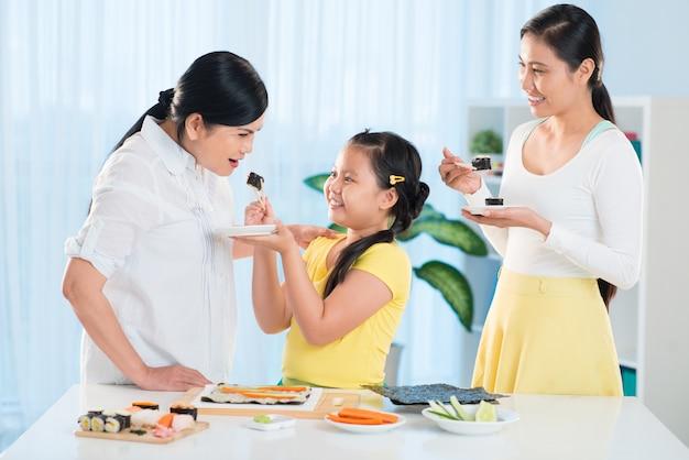 Verkostung von sushi Premium Fotos