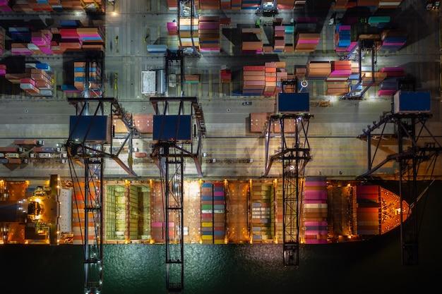 Verladen von containerschiffen und u im tiefseehafen, luftaufnahme des geschäftsdienstes und der industriefrachtlogistik import- und exportfrachttransport per containerschiff auf offener see, Premium Fotos