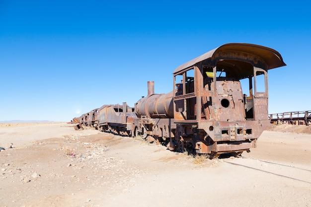 Verlassene lokomotiven im bolivianischen dessert Premium Fotos