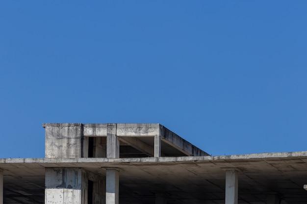 Verlassenes gebäude mit blauem himmel für konzepthintergrund Premium Fotos