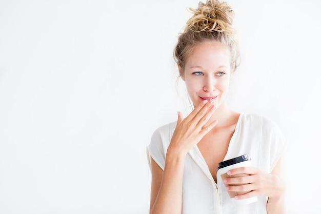 Verlegene junge lovely woman holding drink Kostenlose Fotos