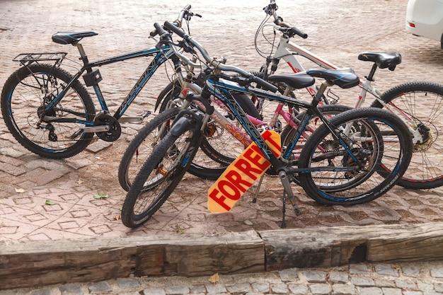 Verleih von fahrrädern auf dem parkplatz des hotelclubs salima Premium Fotos