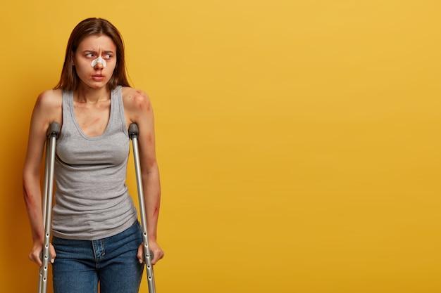 Verletzte frau erholt sich nach unfall mit isolierten krücken Kostenlose Fotos