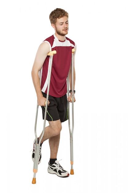 Verletzter sportler auf krücken Premium Fotos
