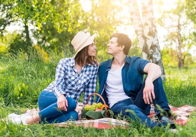 Verliebte paare am picknick im park Kostenlose Fotos