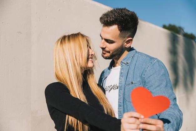 Verliebter Mann Und Frau Mit Papierherzen Download Der Kostenlosen