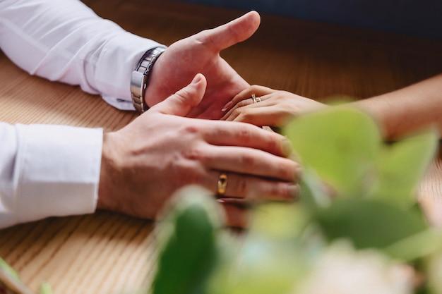 Verlobungsring mit einem stein auf der hand der leichten braut Kostenlose Fotos