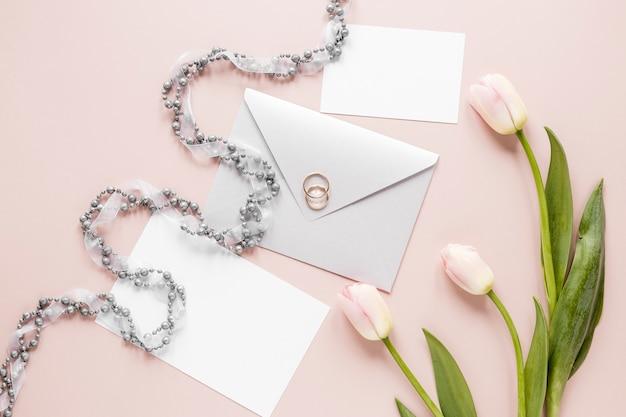Verlobungsring oben auf einladungskarte Kostenlose Fotos