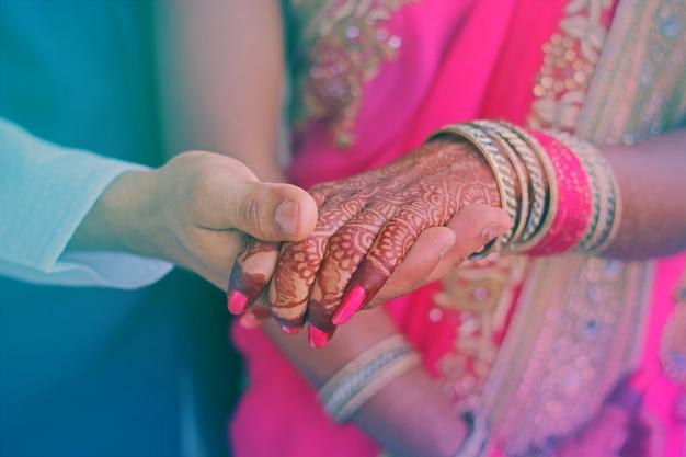Verlobungsringe auf braut und bräutigam händen Premium Fotos