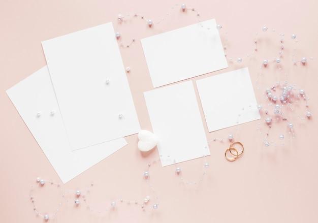 Verlobungsringe neben einladungskarte Kostenlose Fotos