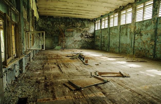 Verlorene schulsporthalle an der tschernobyl-stadtzone der radioaktivitätsgeisterstadt. Premium Fotos