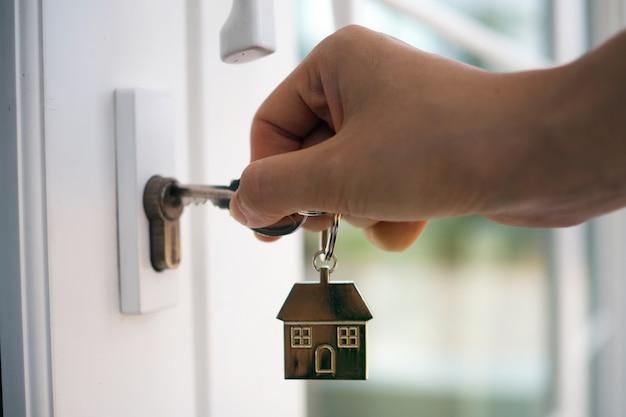 Vermieter entsperrt den hausschlüssel für neues zuhause Premium Fotos