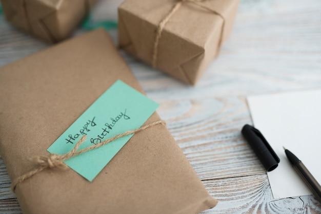 Verpackte geschenkbox mit aufschrift Kostenlose Fotos