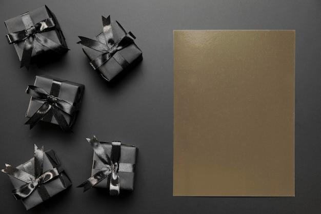 Verpackte geschenke mit brauner leerer karte Kostenlose Fotos