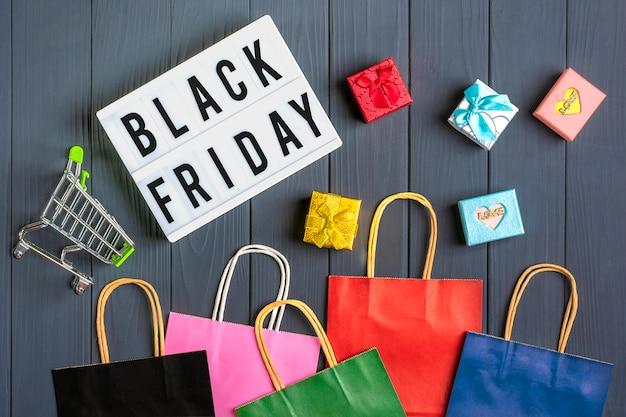 Verpackung taschen, geschenkboxen leuchtkasten mit text black friday Premium Fotos