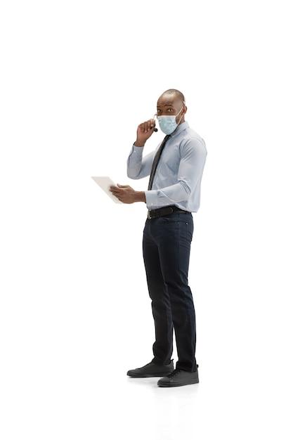 Verrückt verärgert, gestresst. junger afroamerikanischer call-center-berater mit headset auf weißem studio. Kostenlose Fotos